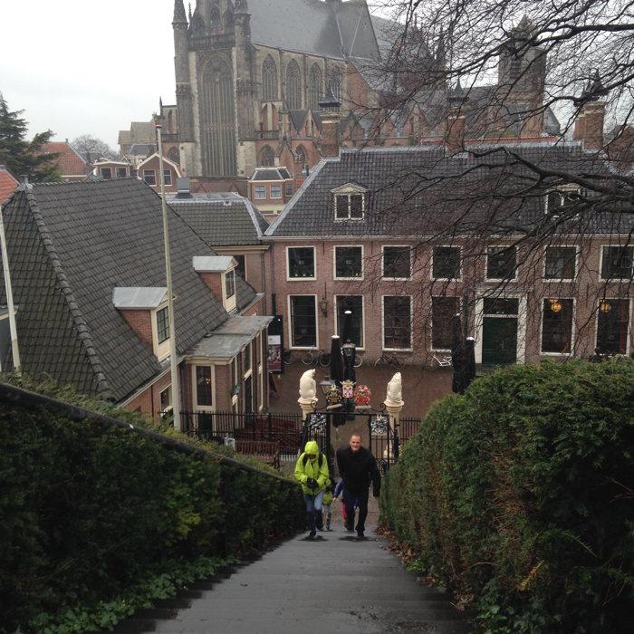 Carla Ophorst en Rinus Running op de trappen van de Burcht