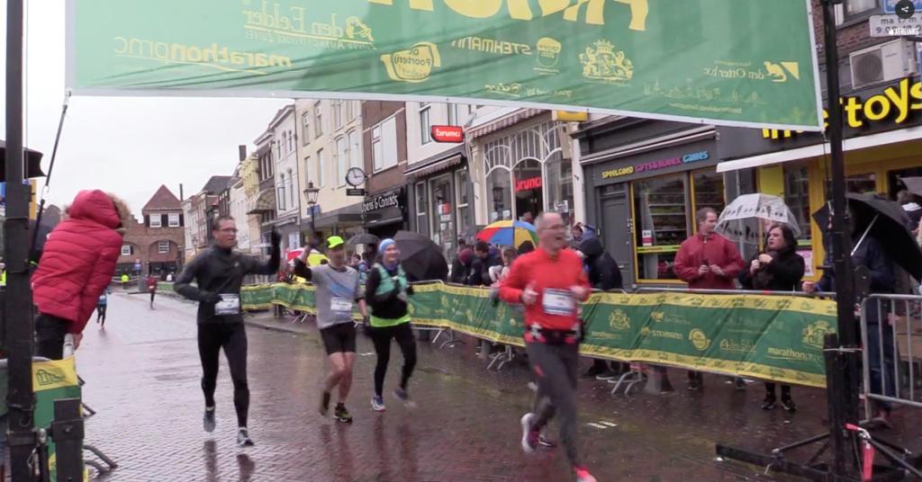In de regen, samen met Jeroen over de finish!