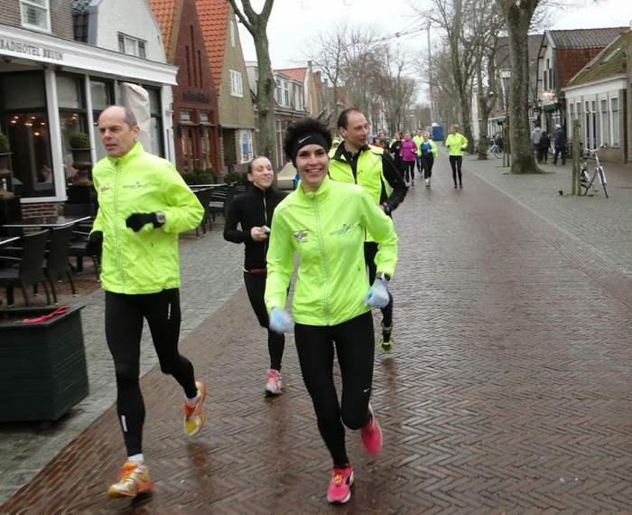 Door de Dorpsstraat, op weg naar onze eerste training. Foto: Dafne