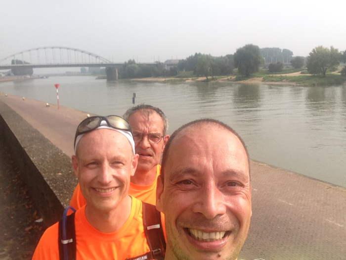 Drie runners, 70 jaar later bij de John Frostbrug
