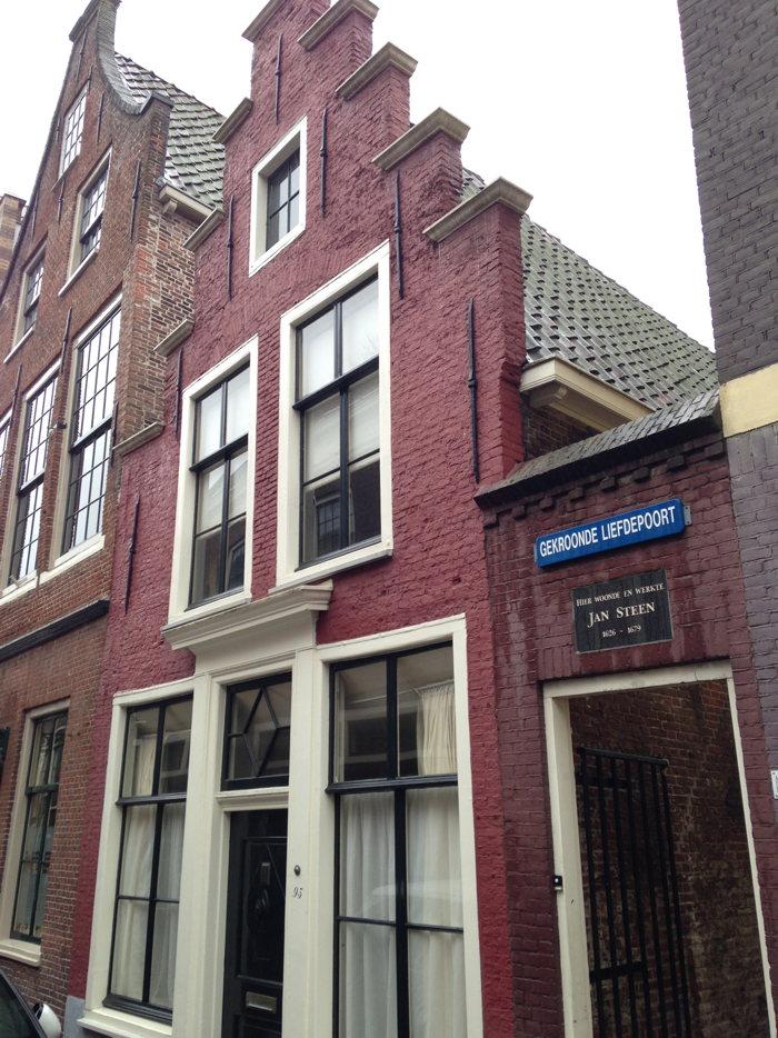 Het huis van Jan Steen en het steegje waar, naar verluidt, ook Willem Alexander heeft staan zoenen.