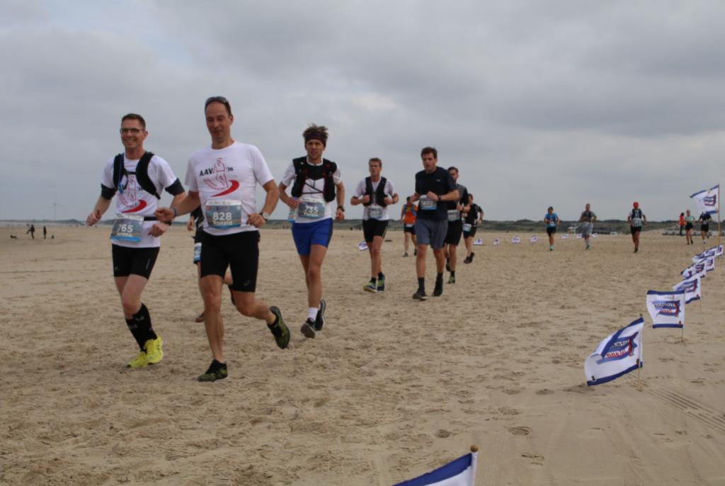 Afzien op het strand bij Vrouwenpolder - Foto: organisatie Kustmarathon