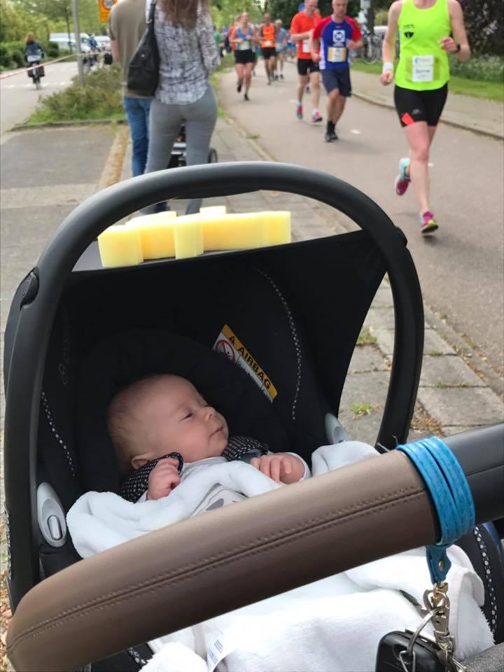 De kleine man bij zijn eerste Leiden Marathon