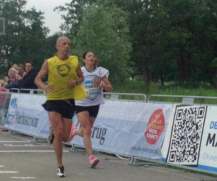 Nesrine met Marcel, 150 meter voor de finish