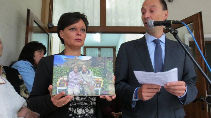 De Bulgaren hartelijk danken voor alles en een canvas tekening aanbieden