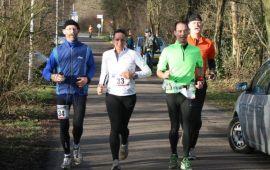 Nog 50 meter: Mieke gaat haar eerste marathon finishen, haar trainer Ben loopt achter mij.