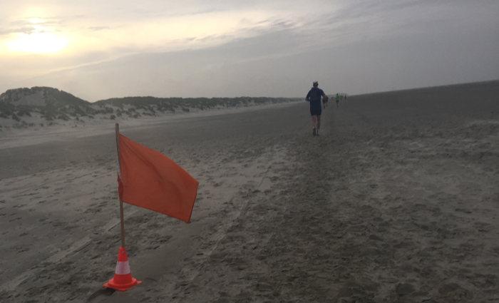 Het strand, altijd weer een lastig stuk in de Berenloop