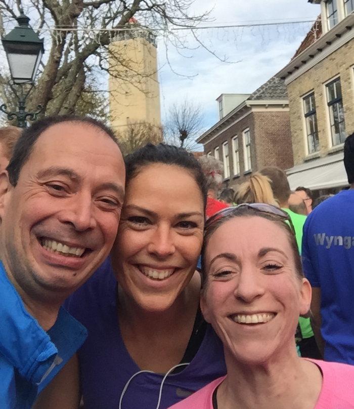 Samen met Merit en Anneke op weg naar de start van de halve marathon