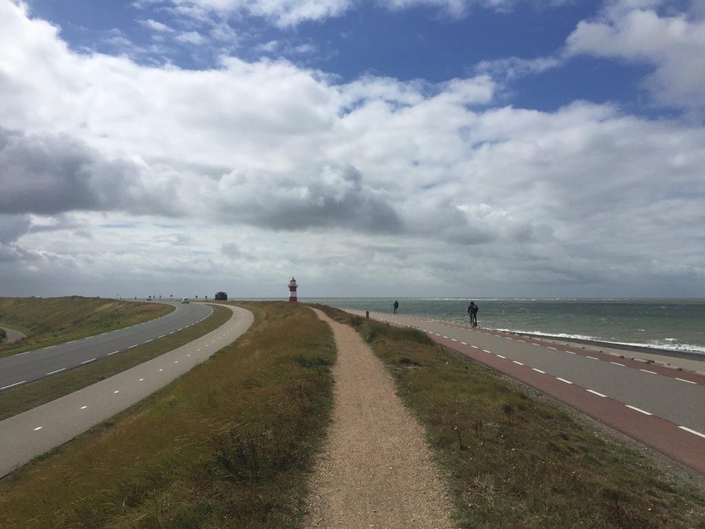 Tegen de wind in op de dijk richting Westkapelle