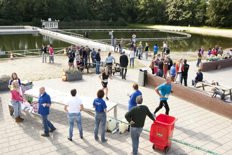Een rondje door/over het zwembad - Foto: organisatie Marathon Winterswijk