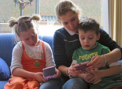 Michelle, Wouter en Vivian aan het gamen