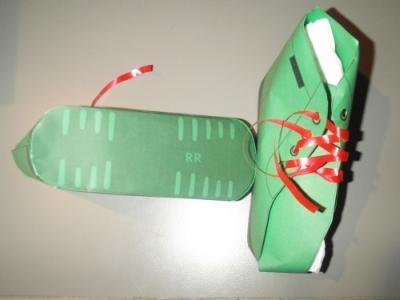 Groene schoenen met rode veters