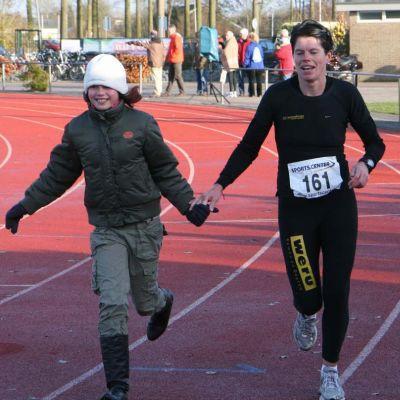 Claudia en Joyce Wesselman in de laatste meters van de Zuiderzeemarathon
